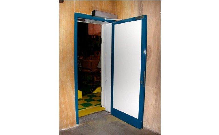 porta automatica con sistema di chiusura