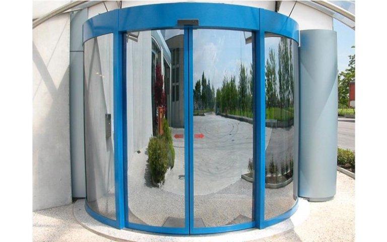 porta circolare con brdi blu e vetro specchiato