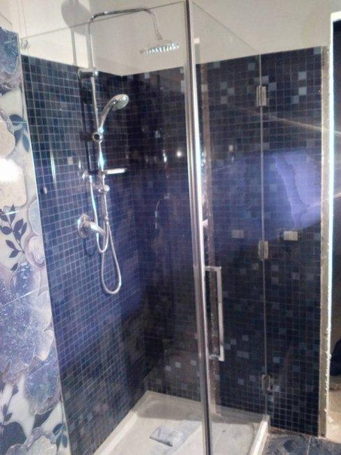 box doccia con parete fissa e porta a battente
