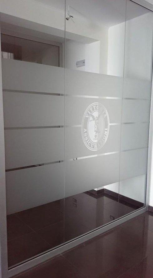 vetrina fissa con porta 8mm temprata decorate con pellicola satinata