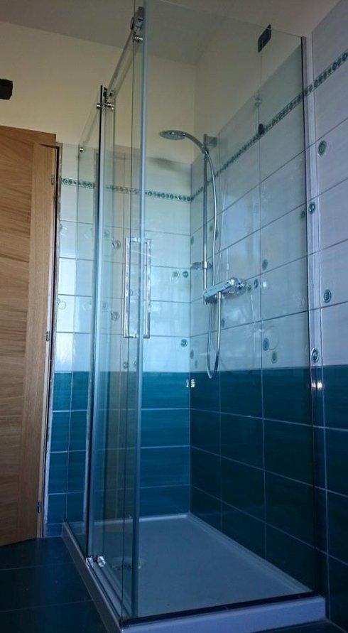 box doccia con parete laterale fissa e una scorrevole
