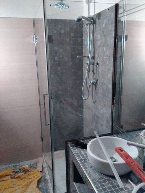 box doccia con parete fissa sagomata e porta a battente