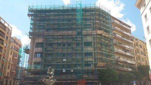 facciata di edificio con ponteggio