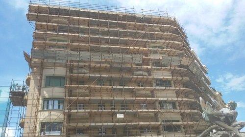 facciata di edificio con impalcature