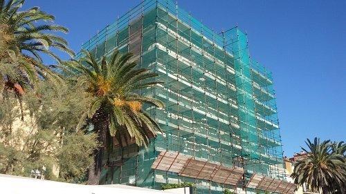 edificio con impalcature