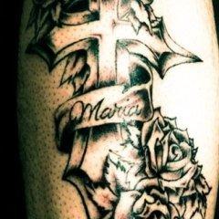 particolare tatuaggio croce e rose