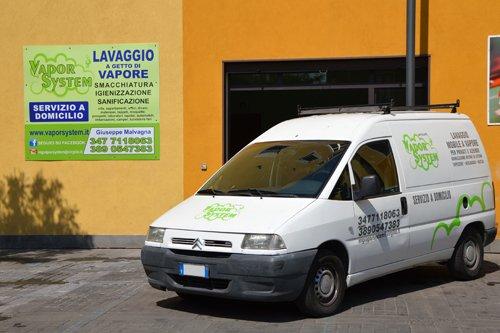 furgone della ditta parcheggiato davanti all`entrata