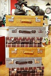 delle valigette di color giallo, grigio e a scacchi
