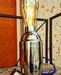 una lampada con una base a forma di uno shaker