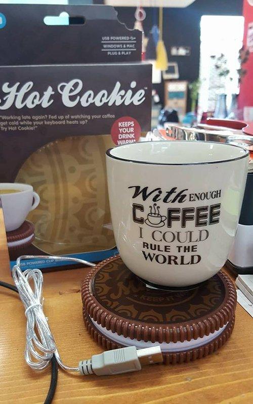 un oggetto a forma di biscotto per scaldare il caffè' con sopra una tazza