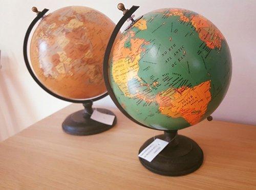 un mobile in legno con sopra due globi