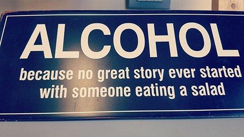 un cartello con scritto Alcohol