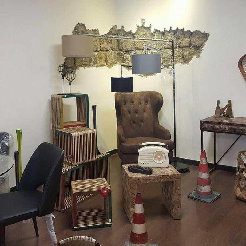 una stanza con delle sedie, poltrone e coni stradali sul pavimento