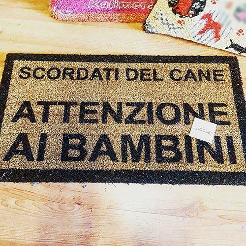 un tappetino con scritto Scordati del cane attenzione ai bambini