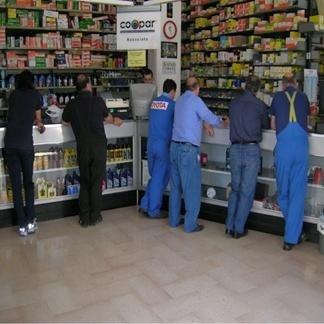 staff in divisa da lavoro blu all' interno del negozio
