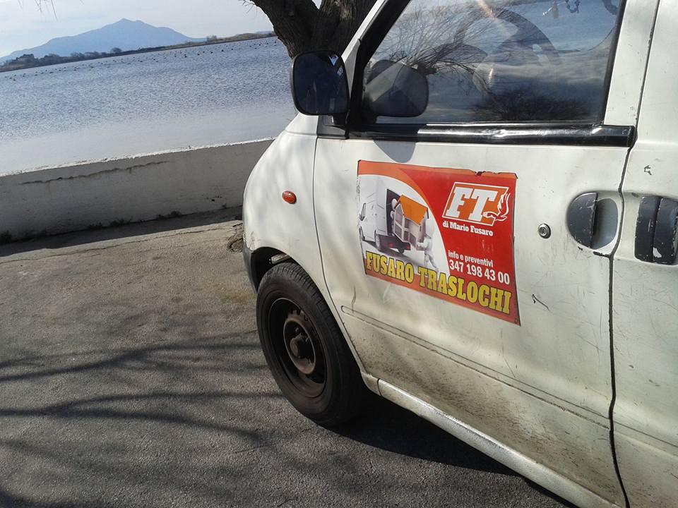 un furgone bianco con scritto Fusaro Traslochi