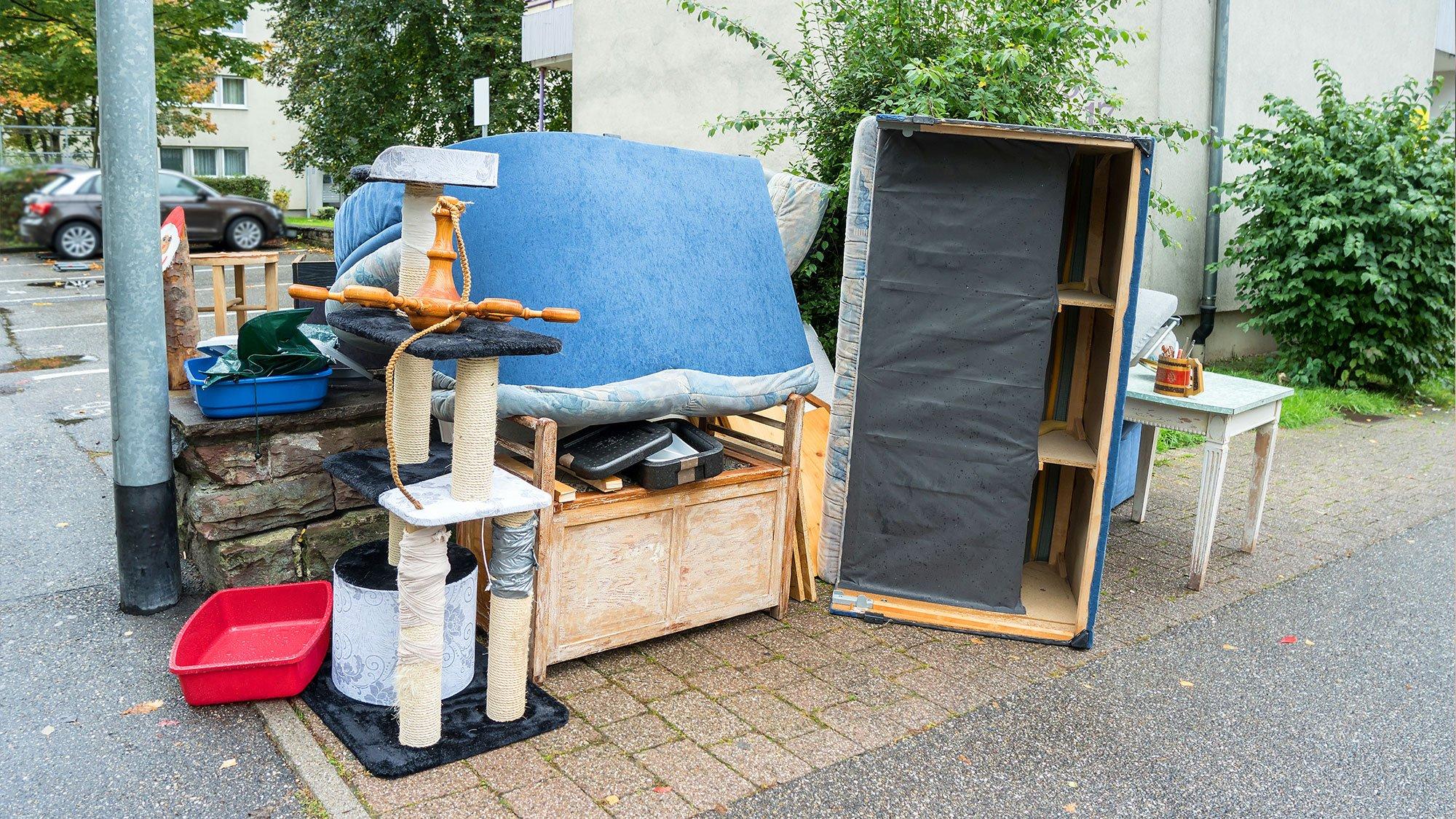 dei mobili e altri oggetti in strada