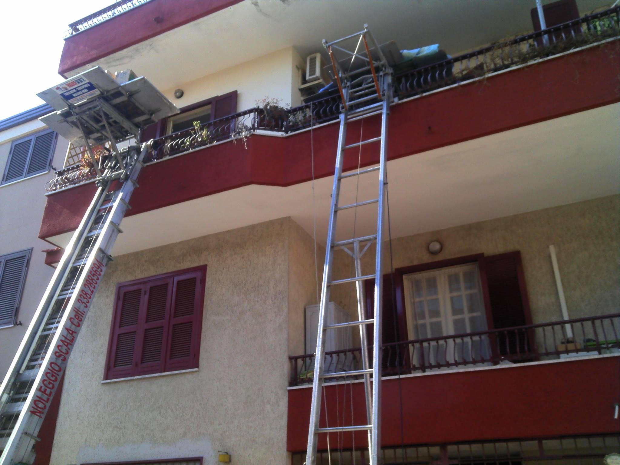 due scale per traslochi in un balcone di un condominio
