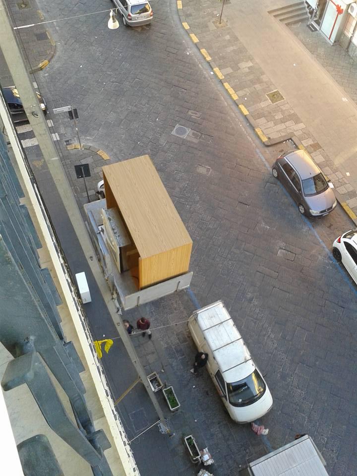 vista dall'alto verso il basso di macchine parcheggiate in una strada