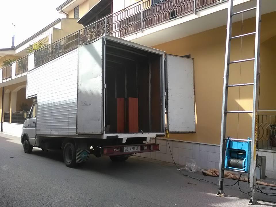 un camion e accanto una scala