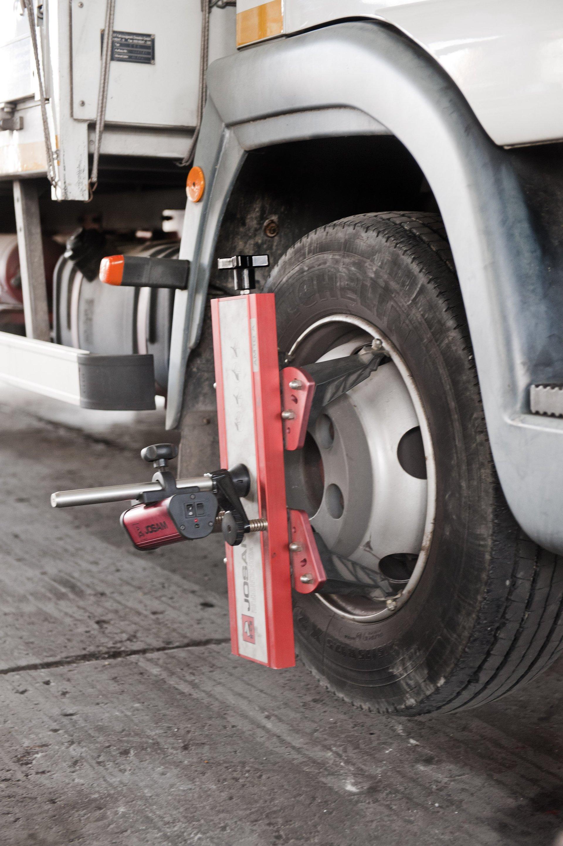 ruota di un camion con crick