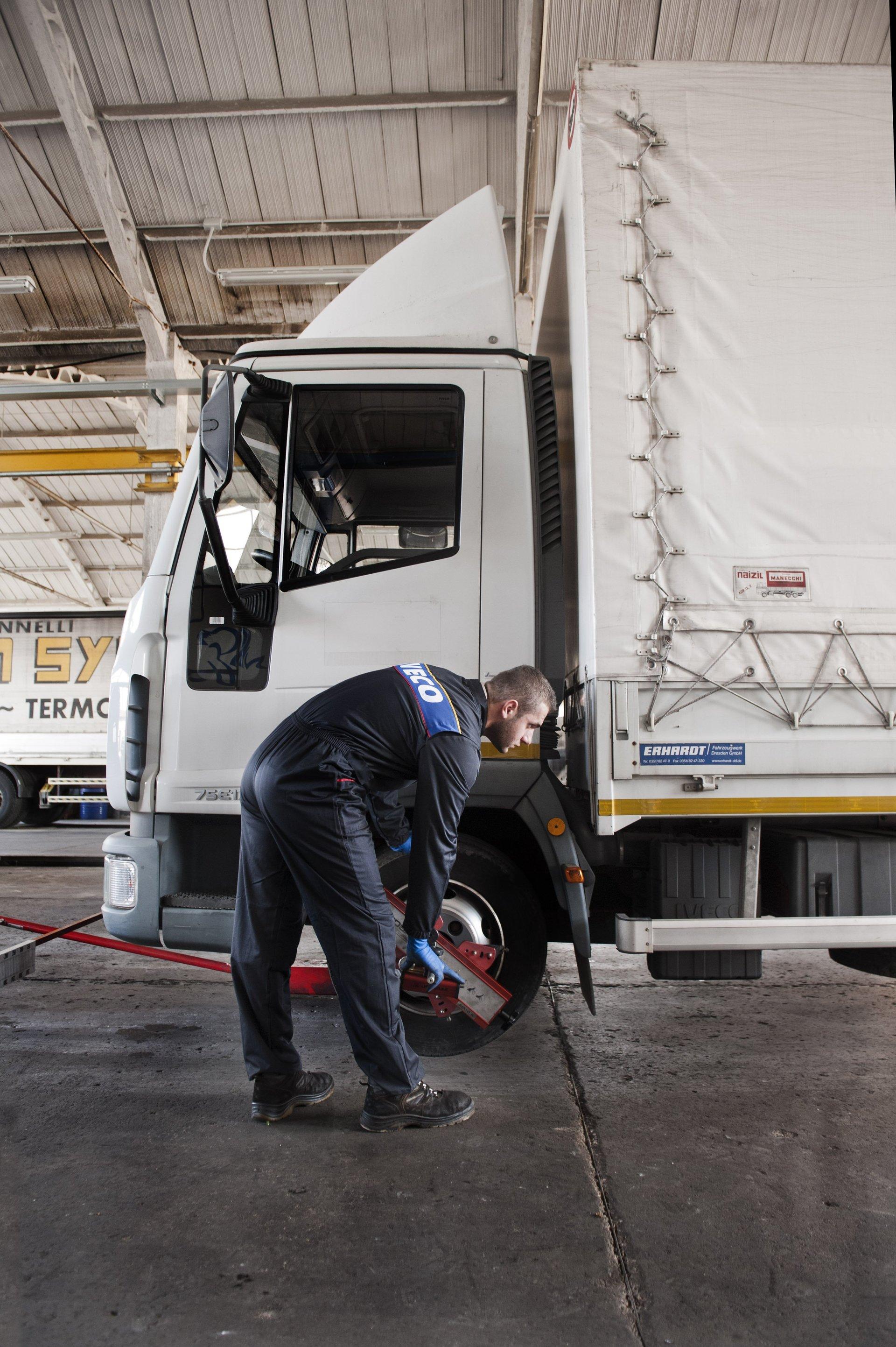 meccanico che controlla gomma camion