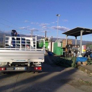 un furgone di fianco a impianto a biogas