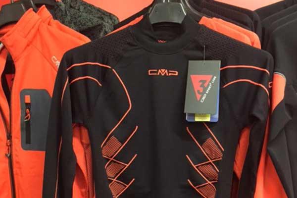 Serie di magliette sintetiche arancioni e nere, abbigliamento da corsa