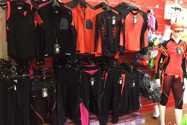 Abbigliamento da corsa per donne di color nero e arancione