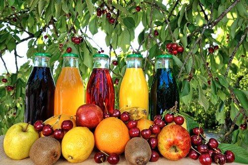 Fresco succhi di frutta e naturale con bottiglie