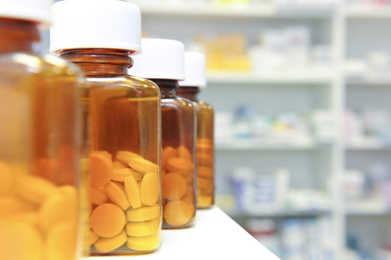 fila di bottiglie e pillole