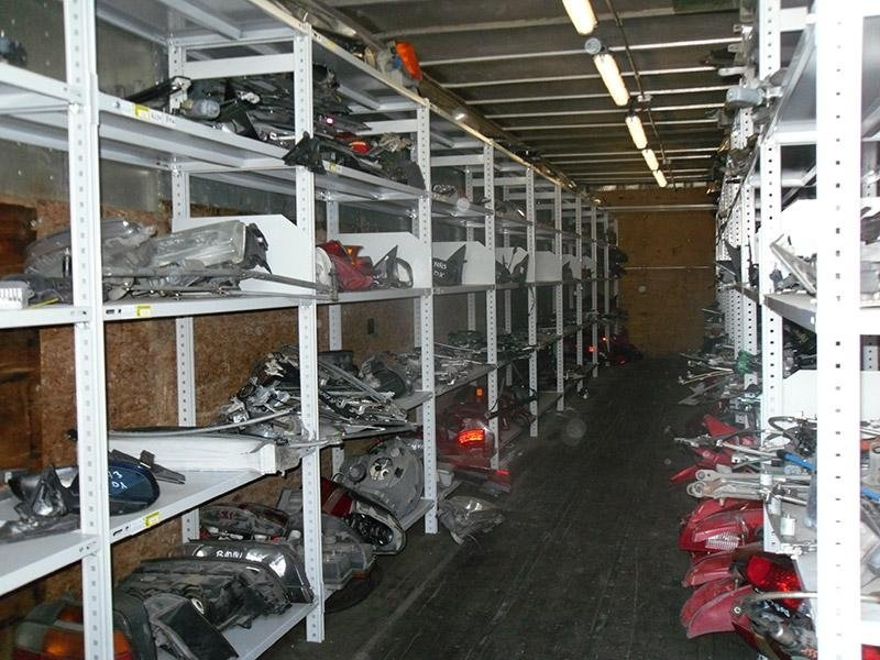 dei pezzi recuperati dalle auto dentro a degli scaffali