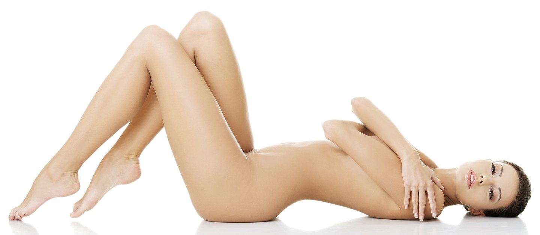 Foto in bianco e nero di un bel corpo di donna senza mostrare i piedi né la testa