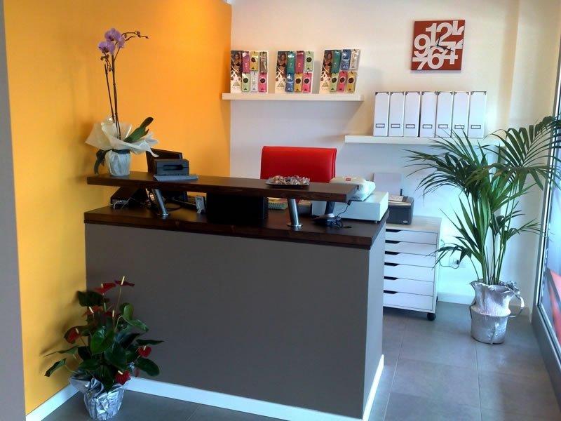 Moderna,pulita,illuminata ricezione del centro con piante e vivi colori