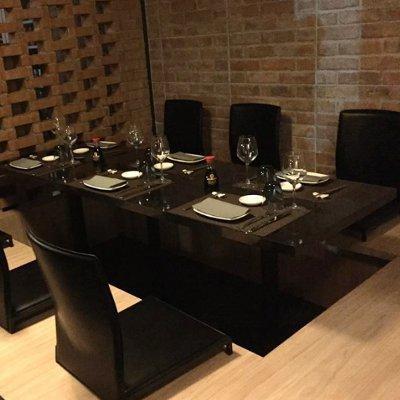 Originali tavolo e sedie nere, basse,stile giapponese per mangiare seduti nel suolo