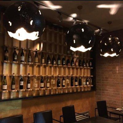 Vista dell'originale ripiano per le bottiglie di vino,in legno e dove le bottiglie viene diffusa dal collo