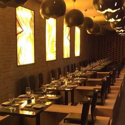 Il ristorante questa decorate in tonalità bruni,soft,con tabelle di luce in giallo e mobili di legno