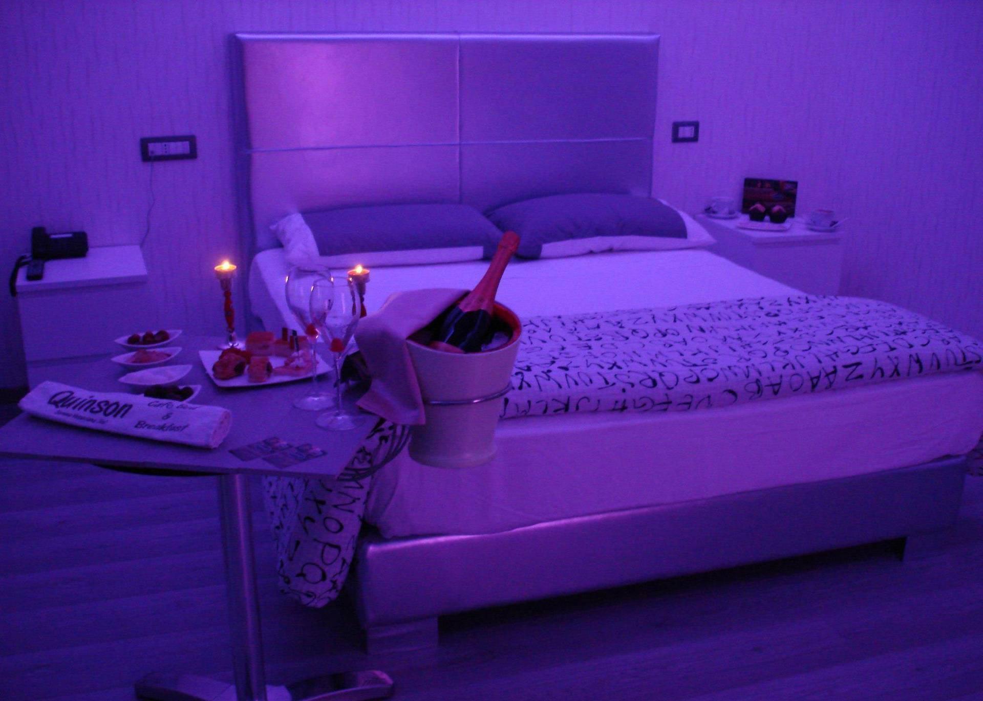 camera da letto con luci soffuse