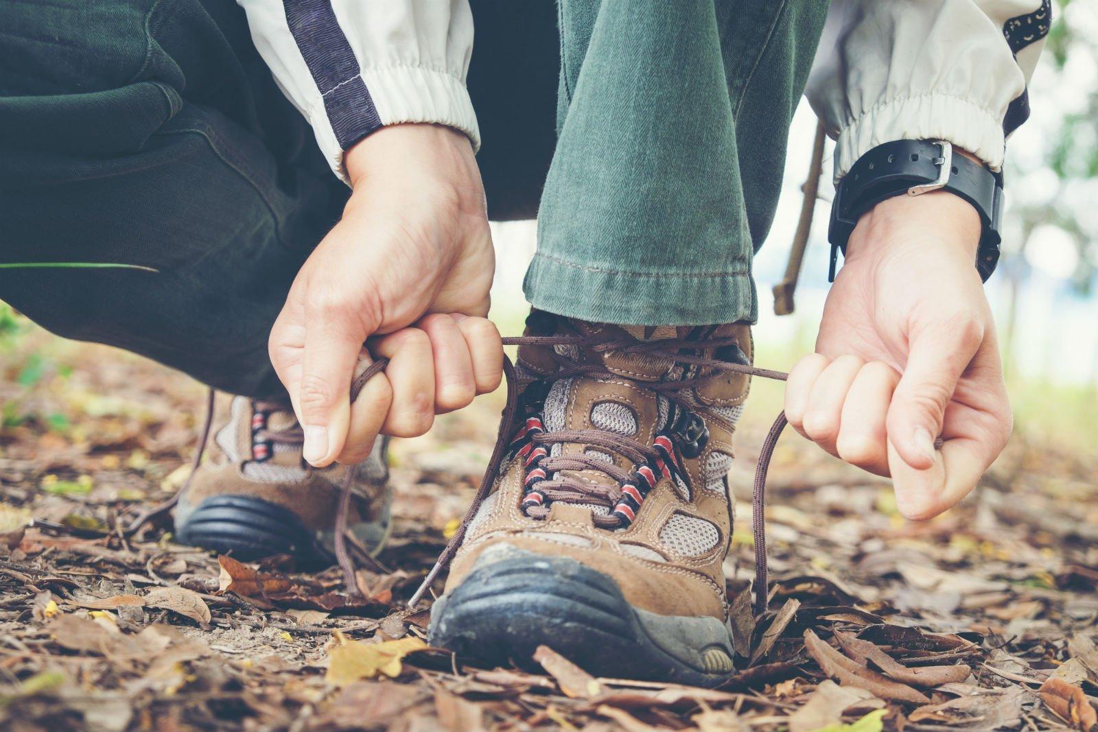 due mani che si allacciano una scarpa