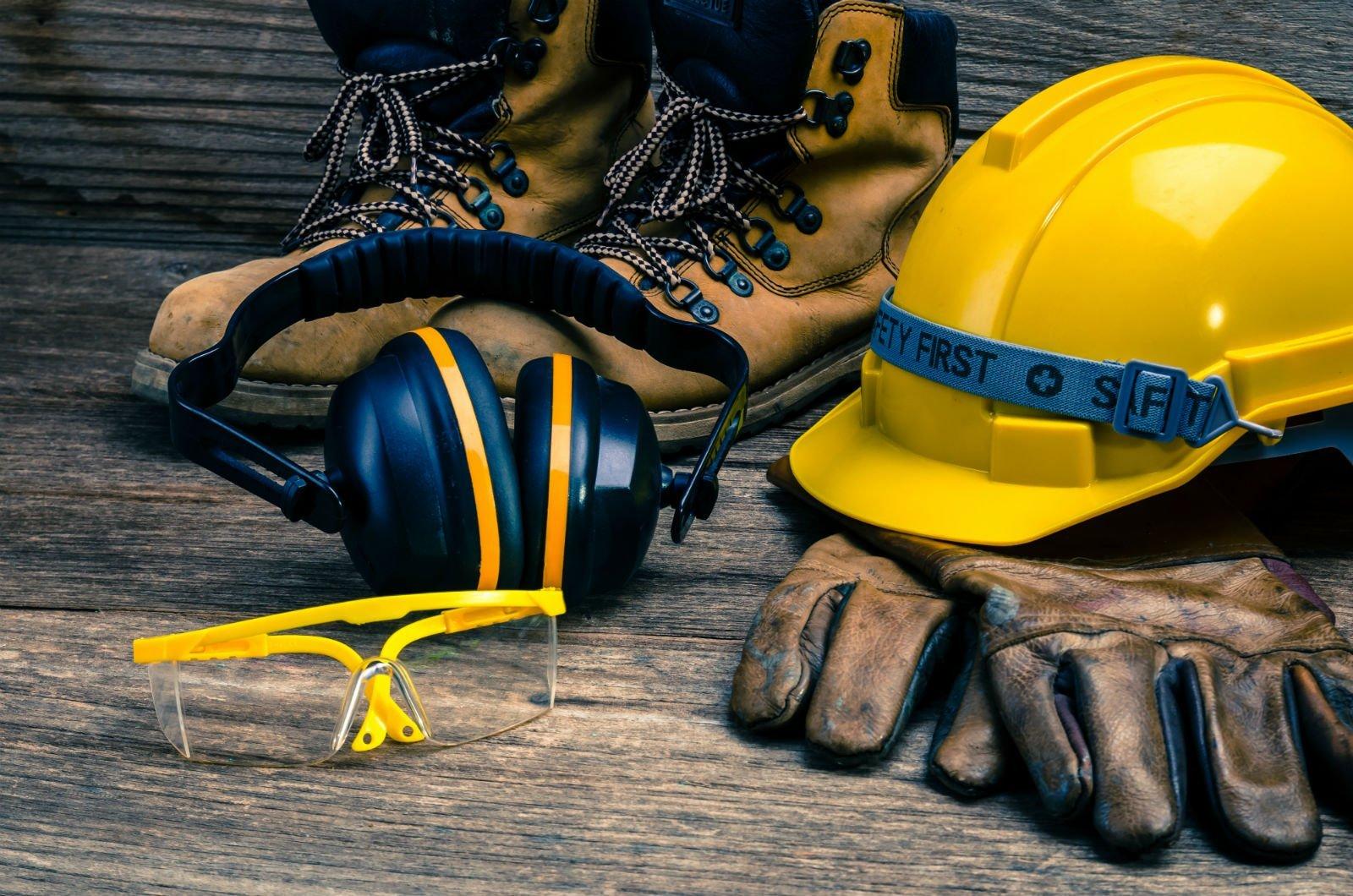 delle scarpe, un casco antinfortunistico e dei guanti di pelle