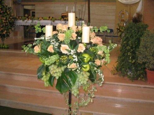 candelabri con fiori e frutta