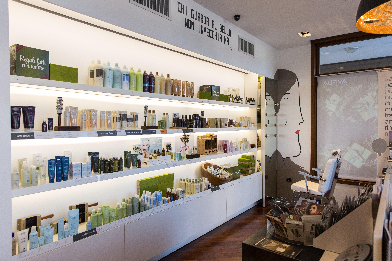 Esposizione di prodotti da parrucchiere su grande mobile bianco