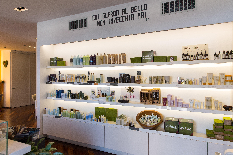 Grande esposizione di prodotti da parrucchiere su mobile bianco