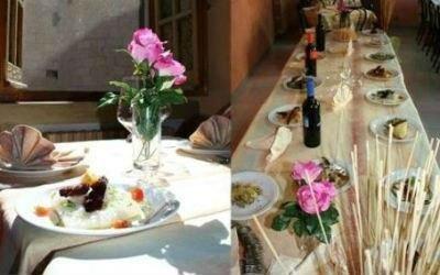 dei tavoli apparecchiati con dei vasi di rose rosa