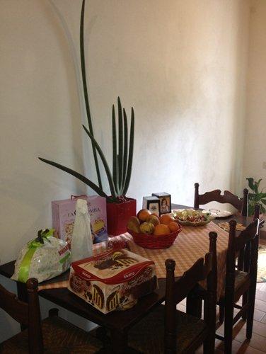 frutta e dolce colomba sul tavolo