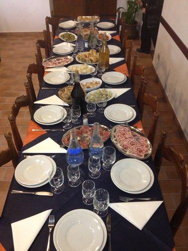 cibo e vino sul tavolo