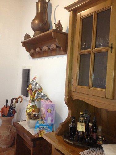 mensola in legno con decorazione
