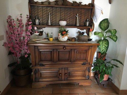 mensola in legno con vaso di fiori e decorazione