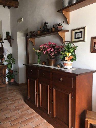 vaso di fiori su una mensola