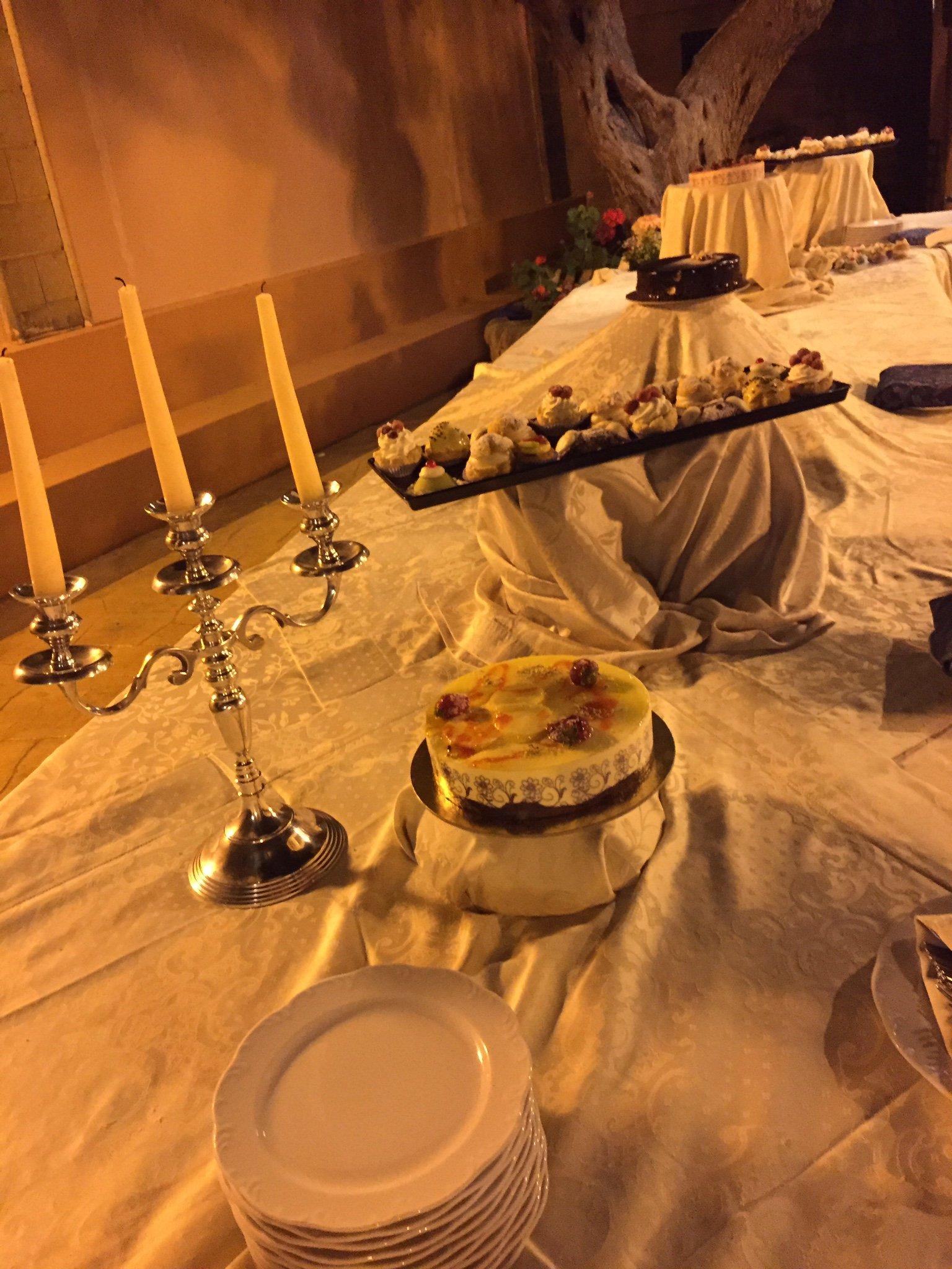 Dolci in esposizione sul tavolo